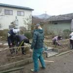 20120310供養塔の竹垣つくり02